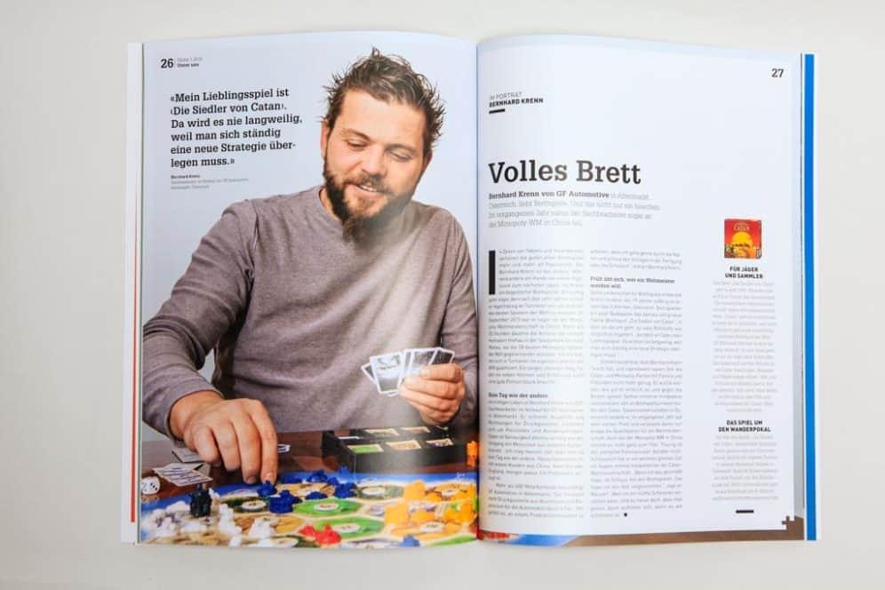 Mitarbeiter Bernhard Krenn beim Brettspiel, Unternehmenszeitschrift Globe, Corporate Publishing