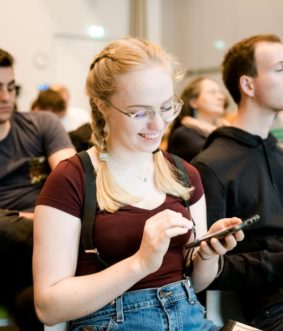 Workshopteilnehmerin übernimmt die besten Einstellungen am Handy für besser Bilder und Videos.