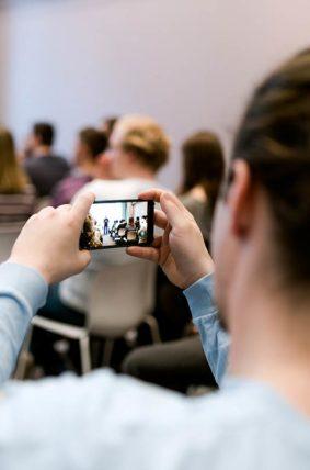 Handydoto und Handyvideo Tipps und Tricks gleich in der Praxis ausprobieren. TeilnehmerInnen übern mit ihrem eignen Smartphone das Erlernte sofort aus.