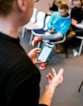 Wolfgang Lehner führt live Content Postproduktion mit dem Handy vor. Apps für Bildbearbeitung und Videoschnitt.