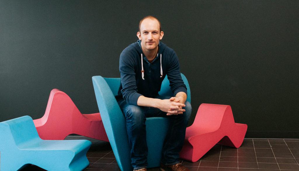 Portrait von Franz Seher in der Tabakfabrik Linz, sitzend auf Designermöbeln, Pressefotografie