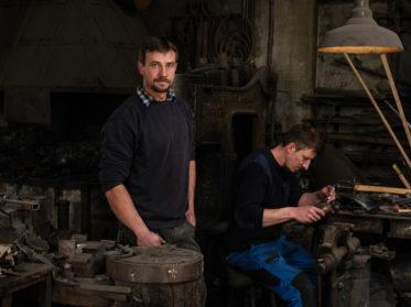 Portrait von den beiden Schmidbergers. Harnische & Helme werden für die Päpstlichen Schweizergarde produziert. Wolfgang Lehner für Smart Foto und Video Produktion.
