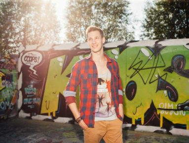 Jakob am Donauuferweg naehe Eisenbahnbruecke Linz, Lifestyle Fotografie