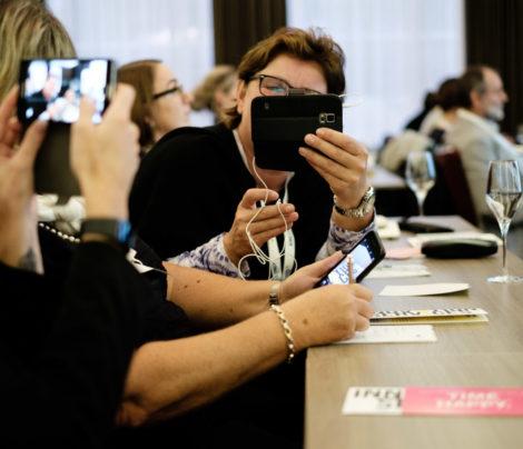 Vortrag Smartphone Fotografie. TeilnehmerInnen probieren live die Tipps und Tricks aus.
