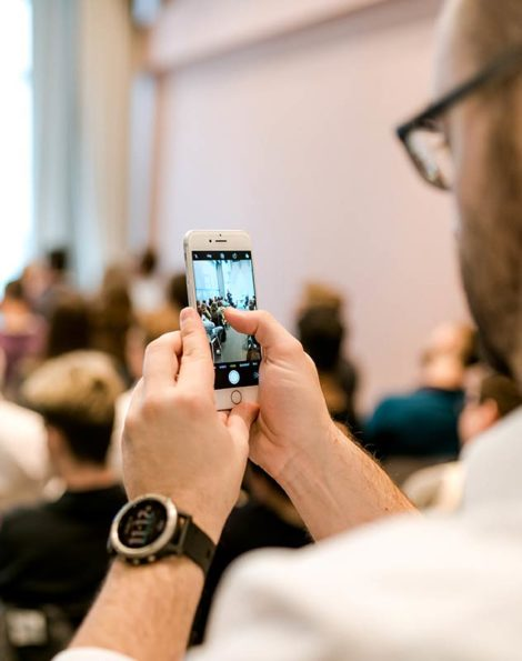 Teilnehmer probiert die Tipps und Trick aus dem Vortrag sofort aus. Smartphone Foto und Video Hacks.