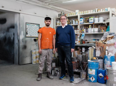 Fotoreportage für die Zeit. Lehrling Ehsan Mohammed (l.) und der Unternehmer Michael Großbötzl © Wolfgang Lehner